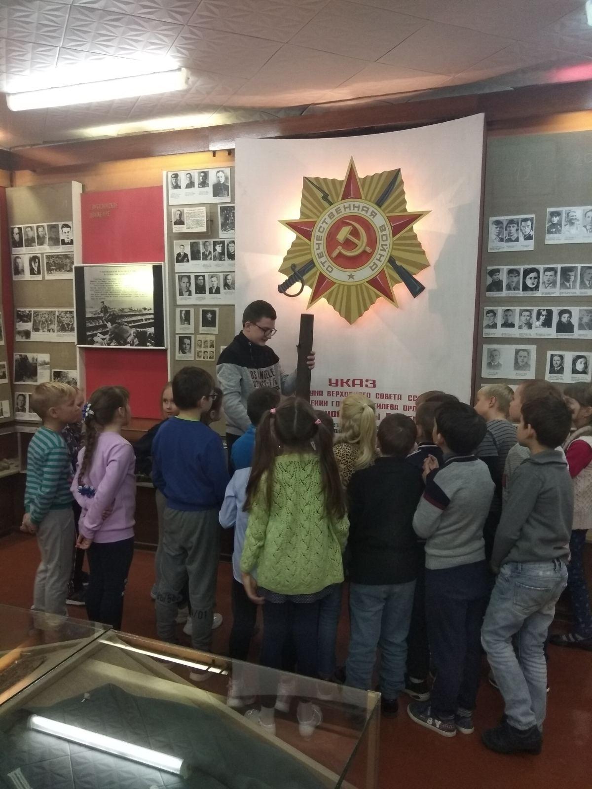 4 ноября воспитанники оздоровительного лагеря «Радуга» посетили школьный музей боевой славы